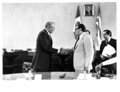 Santiago Roel saluda a José Ramón Fernández Álvarez en la inauguración de la 3° Reunión Mixta México-Cuba