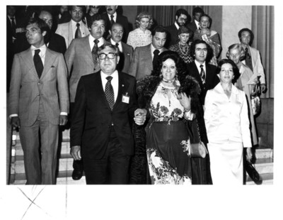Carmen Romano de López Portillo sonríe y baja escalones acompañada por Santiago Roel y su esposa Gloria Rodríguez, concierto ofrecido en la SRE