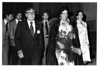 Santiago Roel acompañado por su esposa y la señora Carmen Romano de López Portillo en interior del auditorio de la Secretaría de Relaciones Exteriores
