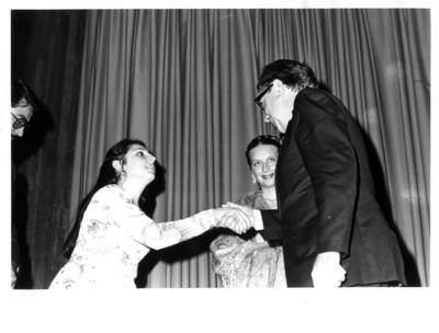 Santiago Roel saluda de mano a la pianista Olga López en el auditorio de la SRE