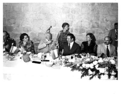 Walter Scheel y Eliseo Jiménez Ruíz levantan sus copas para brindar durante cena
