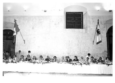 Walter Scheel y Eliseo Jiménez Ruíz sentado a la mesa junto a comitiva durante cena