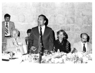 Eliseo Jiménez Ruíz pronuncia discruso de pie durante cena ofrecida al presidente Walter Scheel