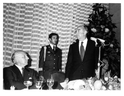 José López Portillo se pone de pie y se dispone a dar discurso en cena en honor a Walter Scheel en la Secretaría de Relaciones Exteriores