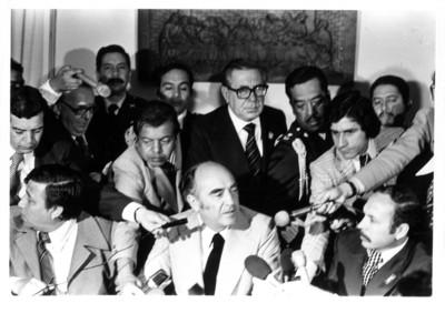 José López Portillo responde preguntas de varios reporteros a su regreso de la Reunión Cumbre de Presidentes