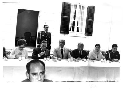 Presidente José López Portillo, sentado al rededor de mesa durante comida de bienvenida