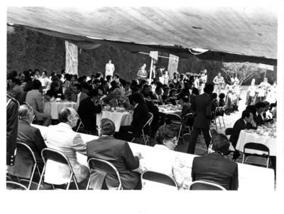 Invitados comen durante festejo en honor al Presidente José López Portillo
