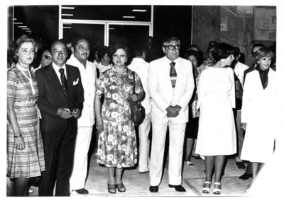 Santiago Roel, Gloria Rodríguez de Roel y Jesús Martínez Ross con su esposa en entrada de edificio