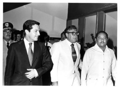 Adolfo Suárez camina junto a Santiago Roel y Jesús Martínez Ross
