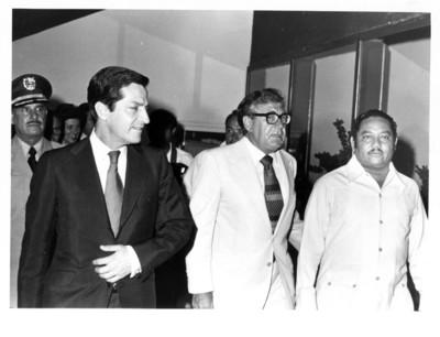 Adolfo Suárez camina junto a Santiago Roel y el gobernador Jesús Martínez Ross