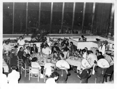 Cena ofrecida al presidente de España, Adolfo Suárez y su comitiva, vista general de restaurante