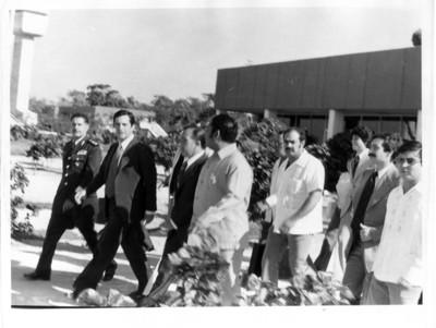 Adolfo Suárez acompañado por Santiago Roel y comitiva en aeropuerto