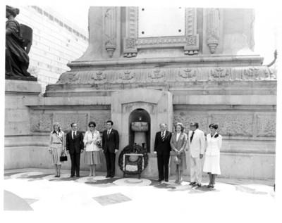 Adolfo Suárez y su comitiva realizan una guardia de honor en el monumento a la Independencia