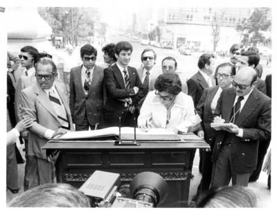 Amparo Illana Elórtegui firma el libro de visitantes distinguidos del Monumento de la Independencia