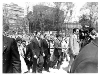 Adolfo Suárez en compañía de Jesús Reyes Heroles se dirige al Monumento a la Independencia