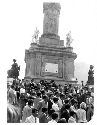 Guardia de honor en el monumento a la Independencia por la visita del presidente de España, Adolfo Suárez