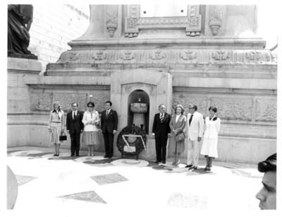 Presidente español Adolfo Suárez hace guardia de honor en el Monumento a la Independencia