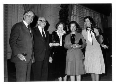 Gloria Rodriguez de Roel de pie junto a Armand Hammer y esposa