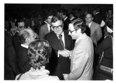 Miembro del cuerpo diplomático saluda a Santiago Roel
