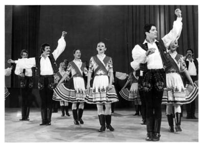 Grupo artístico de la República Popular de Hungría danza en auditorio de la Secretaría de Relaciones Exteriores