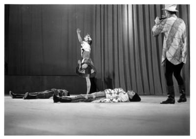 Músico y baliarines en escena, grupo artístico de la República Popular de Hungría