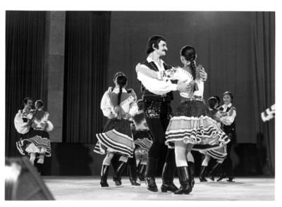 Parejas de bailarines hungaros en escena durante presentación en auditorio de la Secretaría de Relaciones Exteriores