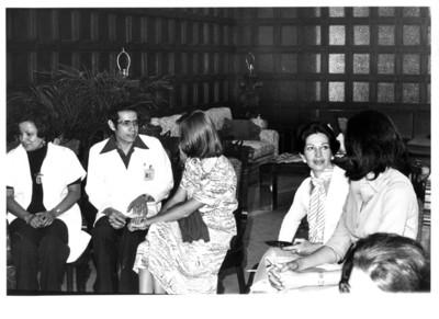 Gloria Rodríguez de Roel conversa con mujer durante reunión en la Secretaría de Relaciones Exteriores