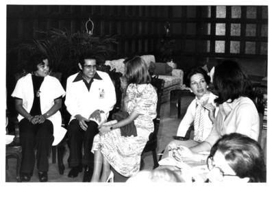 Gloria Rodríguez de Roel conversa con mujer durante reunión en interior de la Secretaría de Relaciones Exteriores