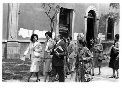 Jean Young camina junto a Gloria Rodríguez de Roel y una comitiva de mujeres durante visita guiada al claustro de Tlatelolco