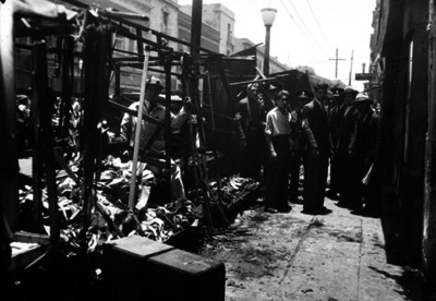 Policias y socorristas junto a escombros en una calle
