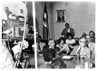 Gustavo Díaz Ordaz junto a Feliciano Guerra ofrece conferencia de prensa en salón de juntas de la Secretaría de Relaciones Exteriores