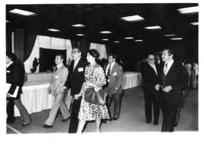 Santiago Roel camina junto a su esposa Gloria Rodríguez de Roel en salón de la Secretaría de Relaciones Exteriores