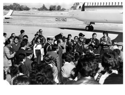 Juan Carlos I de España y su comitiva se dirigen al avión Quetzalcoatl - I