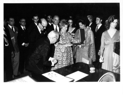 Lucy Geisel observa regalo dado por Carmen Romano de Lopéz Portillo