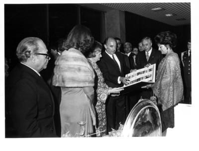 José López Portillo muestra libro a Lucy Geisel