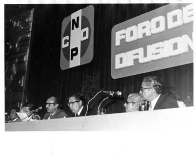 """Santiago Roel sentado en mesa directiva del """"Foro de difusión del CNOP"""""""