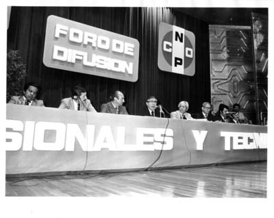 """Santiago Roel habla frente a micrófono durante """"foro de difusión de profesionales y técnicos de la CNOP"""""""