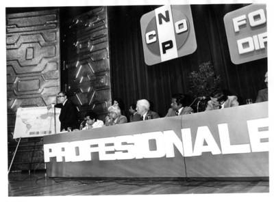"""Santiago Roel de pie, señala mapa durante """"foro de difusión de la CNOP"""""""