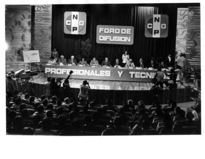 Miembros de la CNOP y Santiago Roel son fotografiados durante reunión del Foro de Difusión