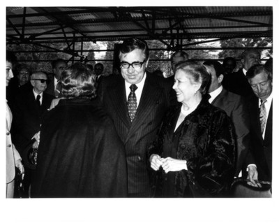Santiago Roel junto a dos mujeres familiares del Gral. Ávila Camacho, durante su XXIII aniversario luctuoso