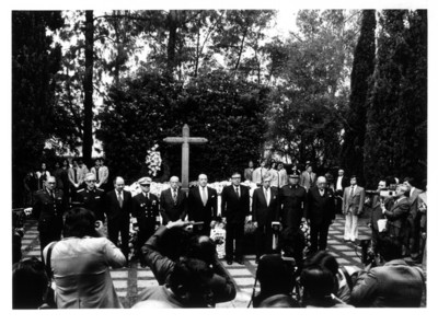 Hombres políticos son fotografiados en el XXIII aniversario Luctuoso del Gral. Ávila Camacho
