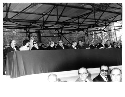 Políticos y familiares sentados alrededor de una mesa, durante ceremonia por aniversario Luctuoso del Gral. Ávila Camacho