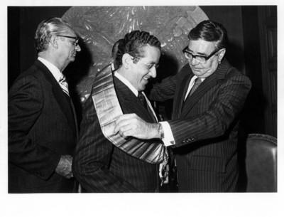 Santiago Roel le coloca banda condecorativa a Jorge Ayala Lasso en la Secretaría de Relaciones Exteriores