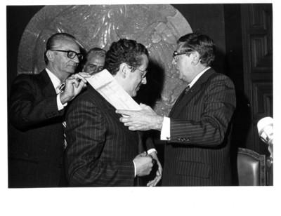 Santiago Roel y Enrique Sales Gutiérrez colocan banda conmemorativa a José Ayala Lasso en interior de la Secretaría de Relaciones Exteriores