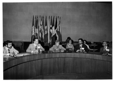Guillermina Sánchez Meza de Solís al centro de la mesa, dirige inauguración de la III Reunión del Comité Nacional de Artesanías