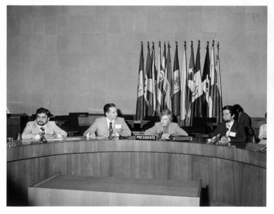 Guillermina Sánchez sentada en torno a mesa durante la III Reunión del Comité Nacional de Artesanías