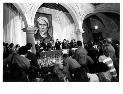 Asistentes a evento en el Palacio Municipal de Morelia aplauden a José López Portillo