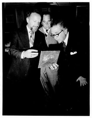 Hernan Crespo y Alfonso Díaz de Rosenzweig, observan pieza arqueológica, dentro de oficina