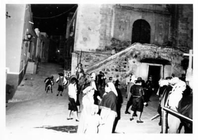 Jóvenes actúan en representación teatral en la plaza de San Roque