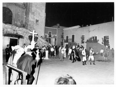 Personas actúan en la Plaza de San Roque con motivo de la visita de los Reyes de España
